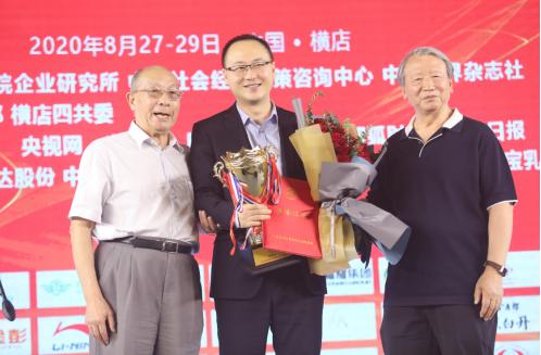 福耀玻璃工业集团宣传部部长刘堃代表曹德旺董事长接受领导颁奖